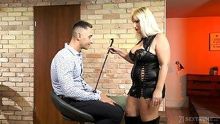 Mature escort mistress Anna Valentina bangs young filial ladies'