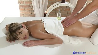 Flimsy massage grants young woman the support to fuck adjacent to insane modes